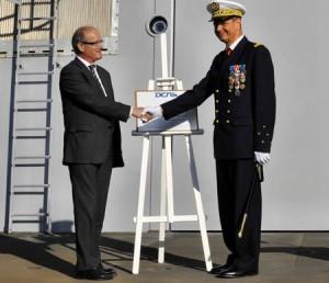 Pascal Leroy (directeur du site DCNS de Lorient) transfère L'Adroit au VAE Xavier Magne