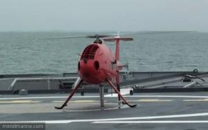 Essais du Camcopter S-100 sur L'Adroit (© : MARINE NATIONALE)