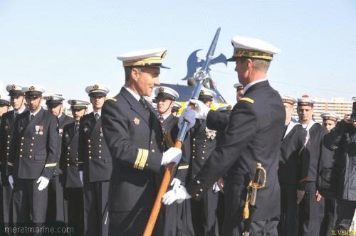La hallebarde de la Jeanne remise au capitaine de vaisseau Guillaume Goutay