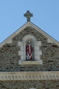 Saint Nicolas dans son écrin de granit et tuffeau de Loire veille sur les marin ... et accessoirement les pochtrons !